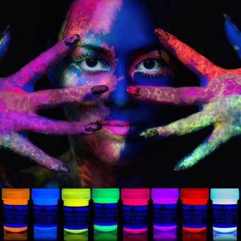 Geschminkte Frau und Farb-Bottiche