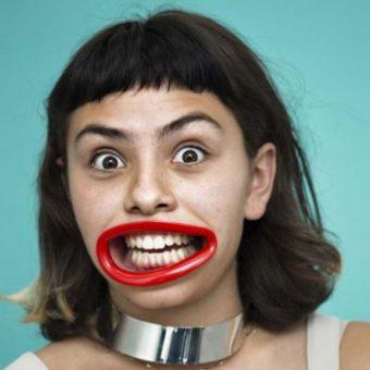 Frau mit Lippen-Attrappe