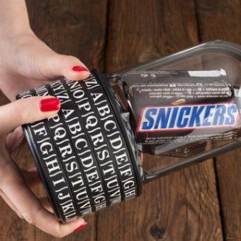 Kryptobox mit Snickers im Inneren