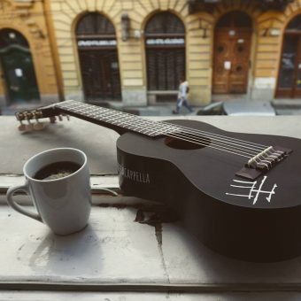 Guitalele neben Kaffee-Tasse